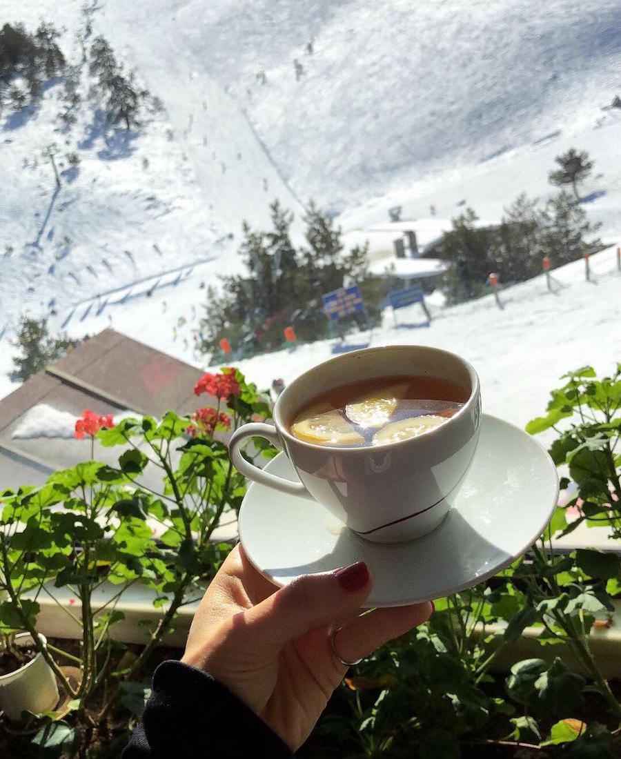 horký čaj po lyžování