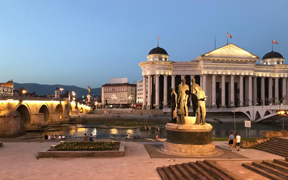 Skopje most a budova