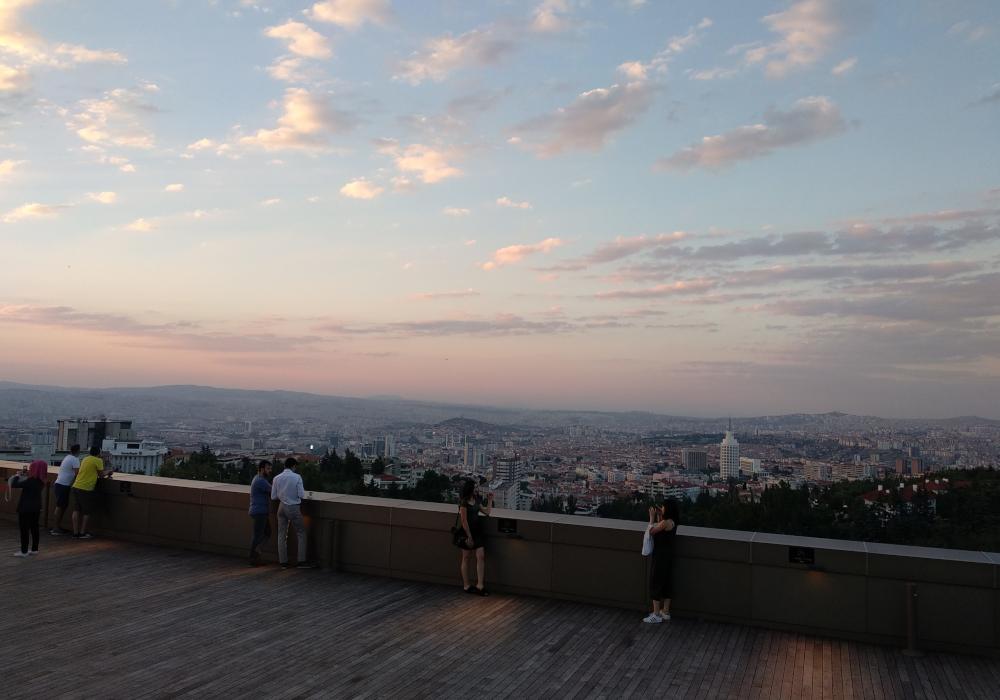 Výhled na město Ankaru při západu slunce