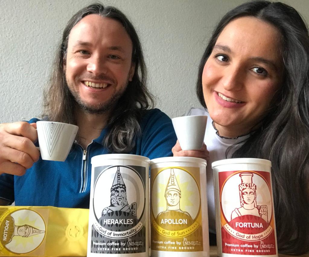 příprava turecké kávy v džezvě